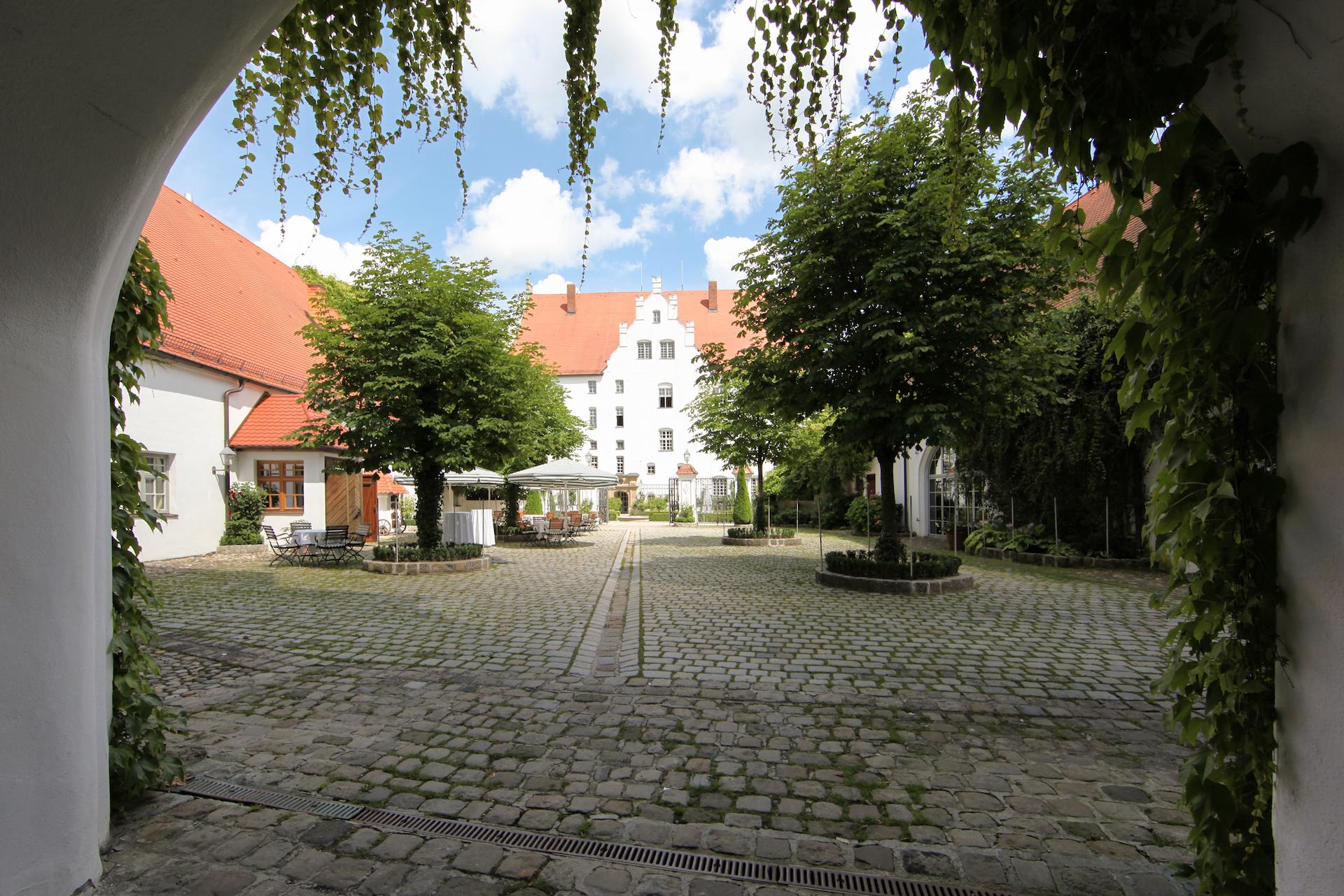 Schloss Neuburg - Innenhof, Wirtschaftshof, Kastenienbäume