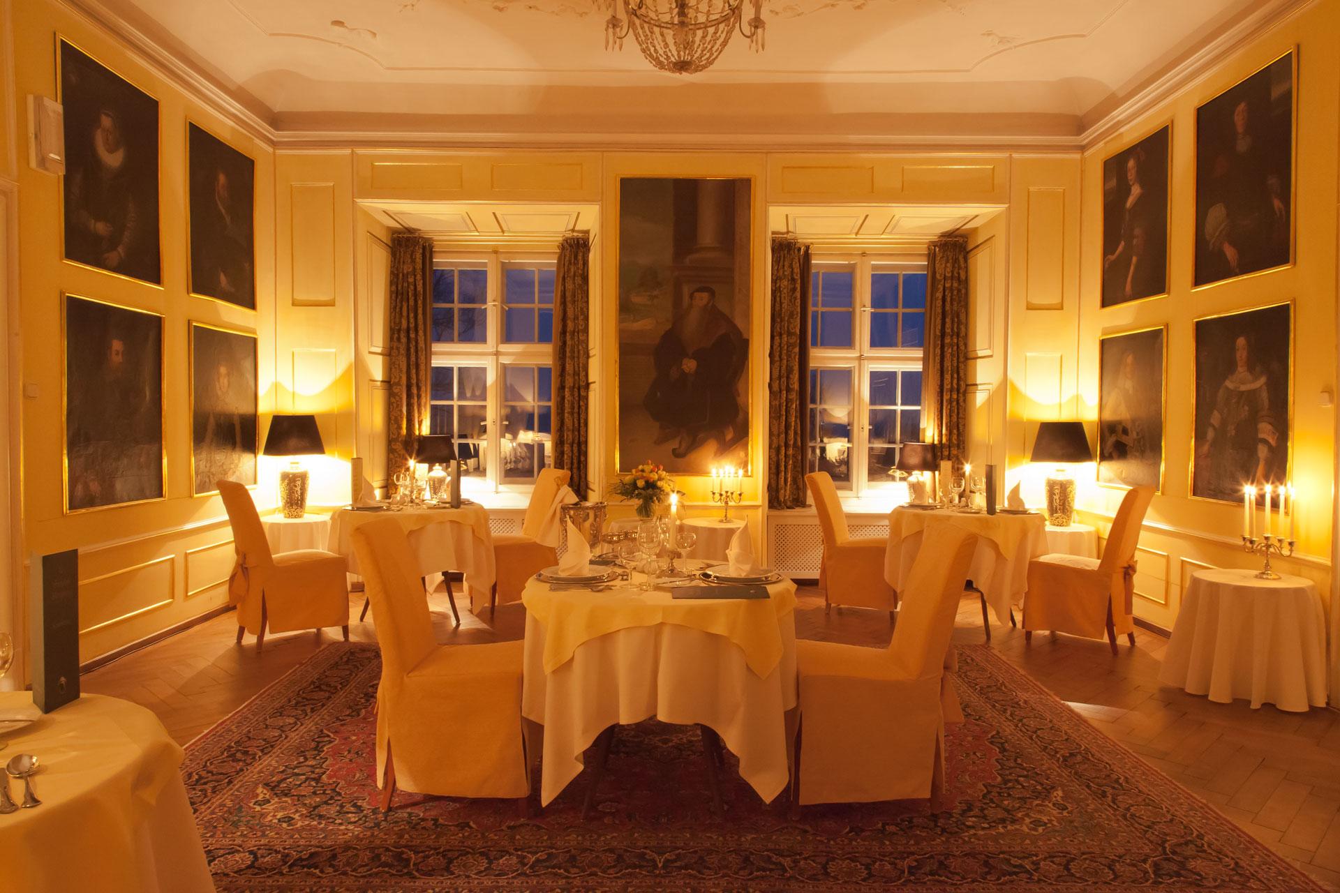 Schloss Neuburg - Fürstenzimmer, Candlelight-Dinner, Tische, Kerzen, Essen
