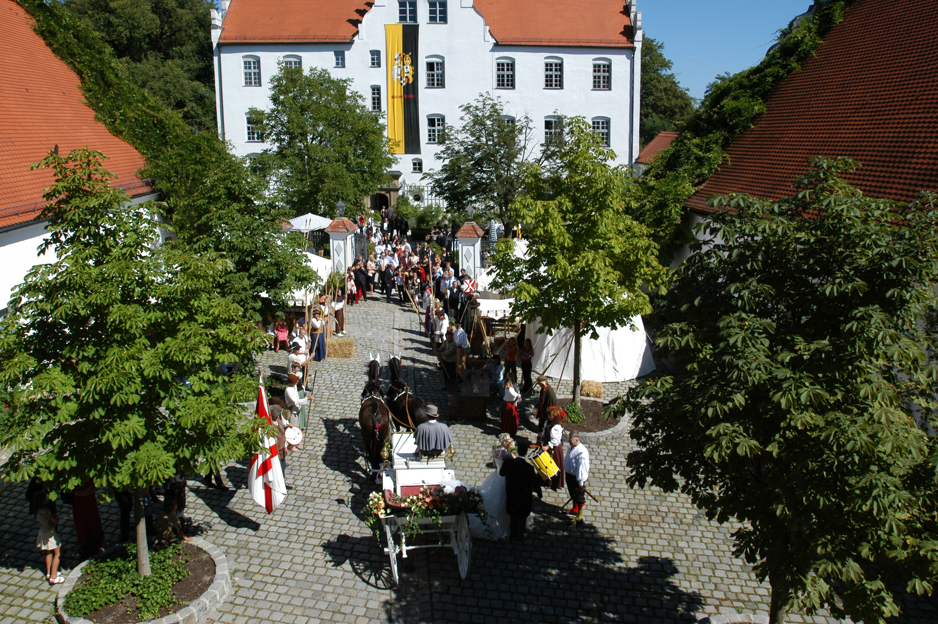 Schloss Neuburg - Wirtschaftshof, Kutsche, Brautpaar, Gäste